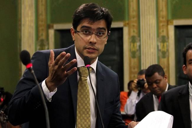 Alexandre comemora avanço no Senado de projeto que propõe bônus a professores