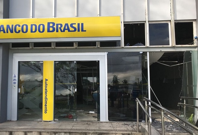 Bandidos incendeiam carros e assaltam Banco do Brasil em Simões Filho