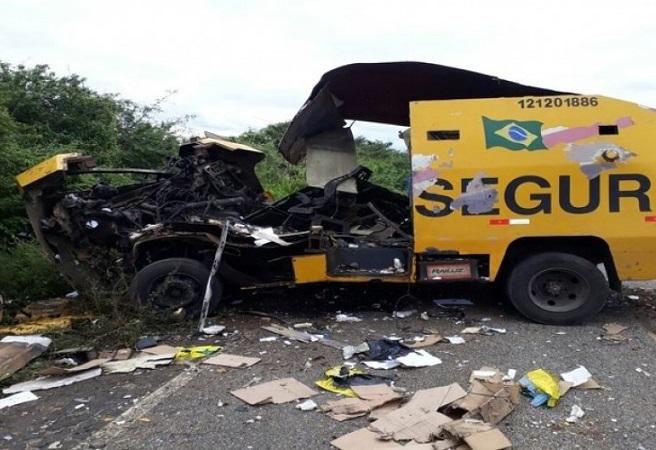 BA-131: Quadrilha explode carro-forte próximo a Caém