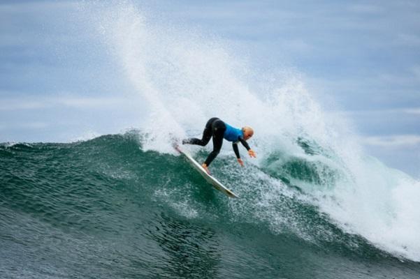 Tati Weston-Webb é única surfista do Brasil garantida no round 3 em Saquarema