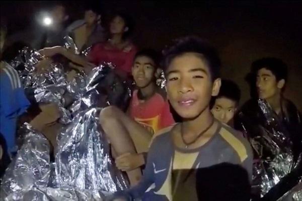 Quatro dos 12 garotos presos em caverna são resgatados na Tailândia
