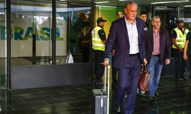 Seleção Brasileira é aplaudida ao desembarcar no Rio