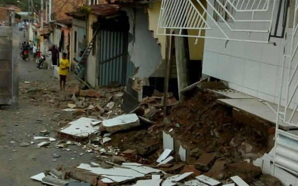 Trator retroescavadeira atinge quatro casas em Cachoeira