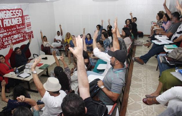 Professores das universidades estaduais baianas protestam nesta terça