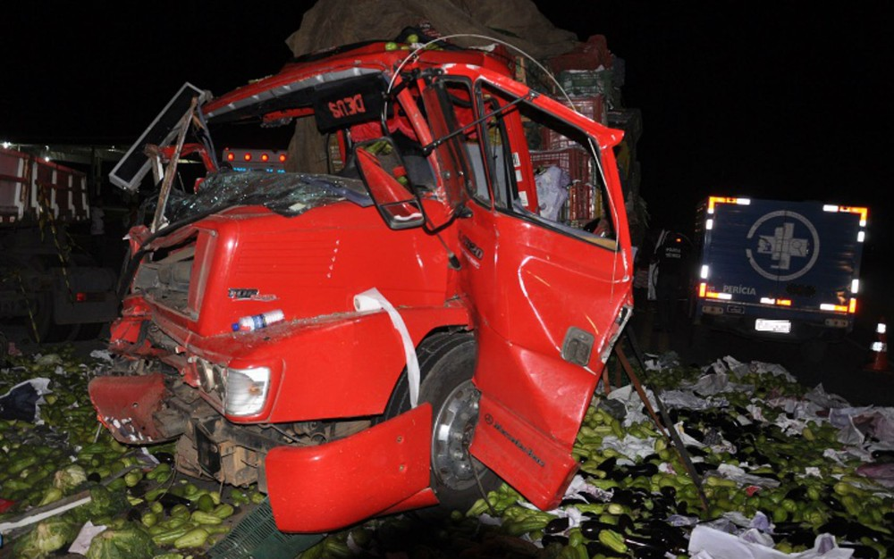 Jaguaquara: acidente entre carreta e caminhão mata duas pessoas na BR-116