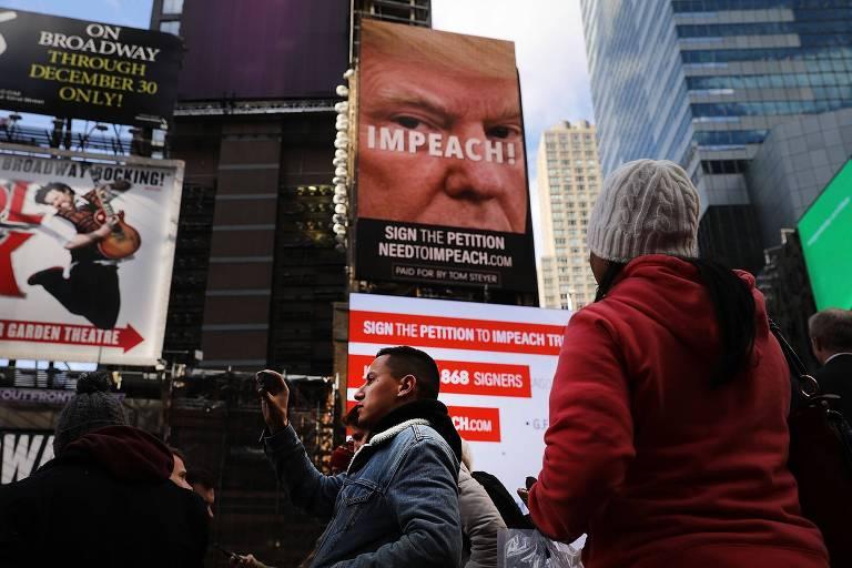 Megaoutdoor em Nova Iorque pede impeachment de Donald Trump