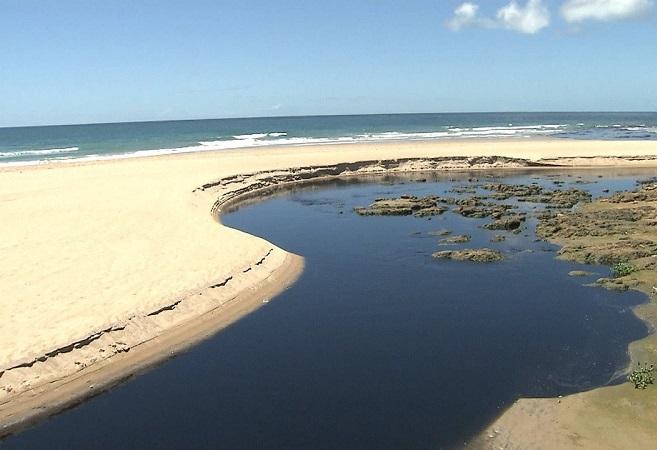 MP-BA quer saber causas do lançamento de esgoto na praia de Patamares