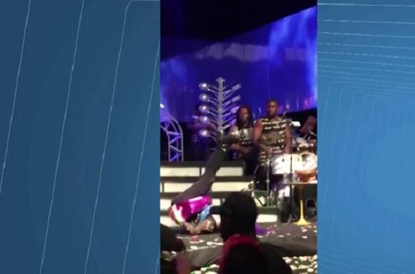 Cantora Baby do Brasil cai do palco no Sarau du Brown