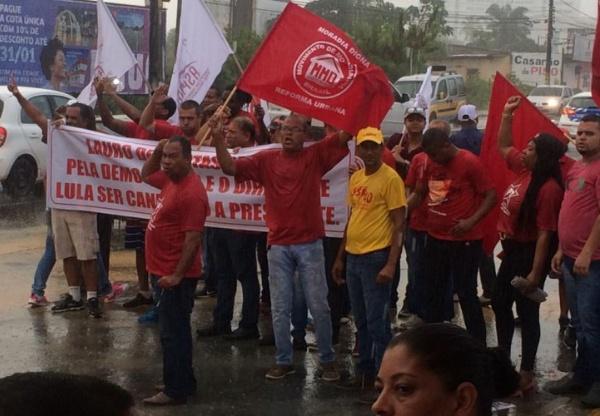 Manifestação causa congestionamento na BA-526 em Lauro de Freitas