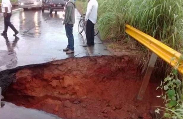BA-172: Chuva abre cratera entre Santana e Serra Dourada