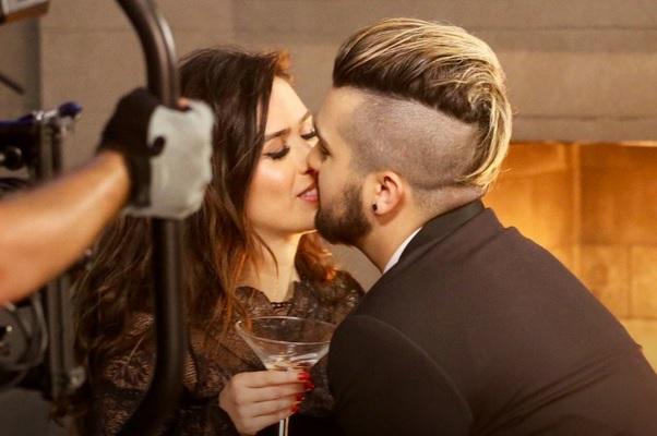 Luan Santana e Tatá Werneck ensaiam beijo na boca em novo clipe do cantor