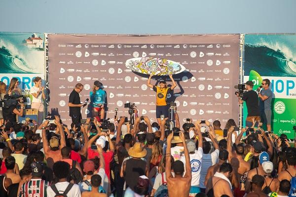 Australiana Steph Gilmore vence competição feminina do Mundial de Surfe no Brasil