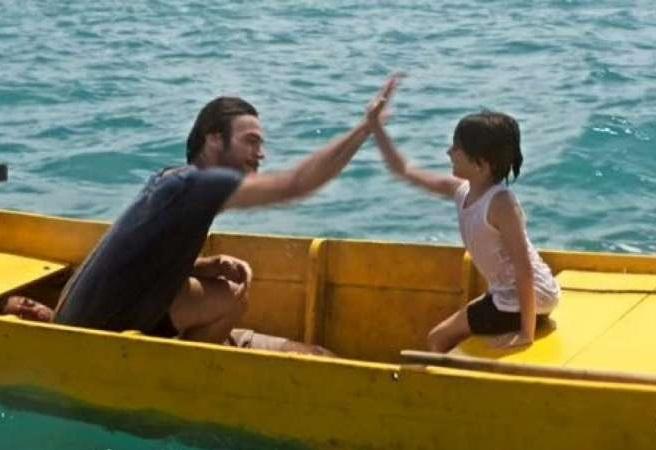 """Internautas se divertem com homem deitado em barco na estreia de """"Segundo Sol"""""""