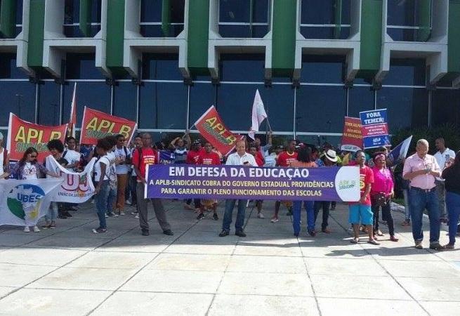 Servidores da Educação farão protesto no CAB nesta terça