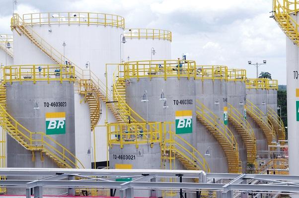 Diesel cai 7% e gasolina cai 5% nas refinarias a partir desta sexta