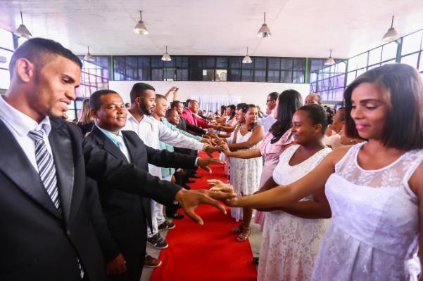 Casais comemoram o Dia dos Namorados com casamento coletivo em Camaçari