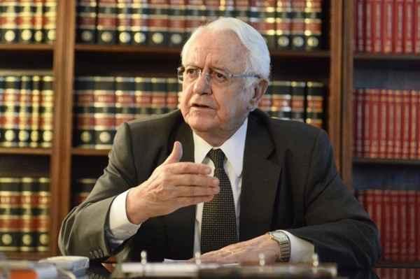 """Ex-presidente do STF diz que Moro é """"um juiz vocacionado"""""""