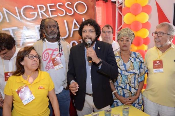 Candidato do PSOL ao Senado é aplaudido em convenção do PSB