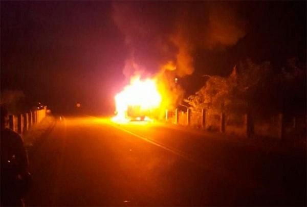 Estudantes escapam de ônibus em chamas em Porto Seguro