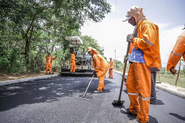 Prefeitura de Camaçari começa a asfaltar ligação Parafuso-Parque Verde II