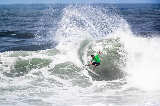 Seis brasileiros avançam no Hawaiian Pro com direito a show de Filipe Toledo; assista