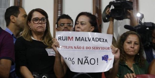 Servidores invadem plenário da ALBA contra reforma administrativa do governador