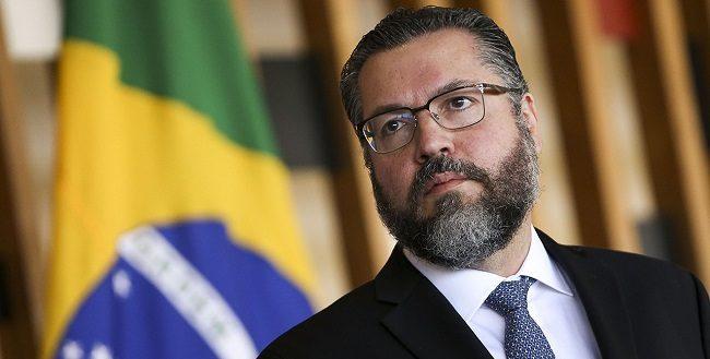 """""""Todo o poder emana do povo"""", comemora o chanceler Ernesto Araújo"""