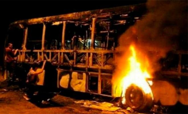 Criminosos armados colocam fogo em ônibus em Ilhéus