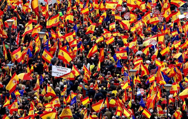 Milhares de espanhóis pedem renúncia de primeiro-ministro socialista após oferta a separatistas