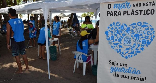 Ação em praias de Salvador conscientiza banhistas sobre descarte de lixo
