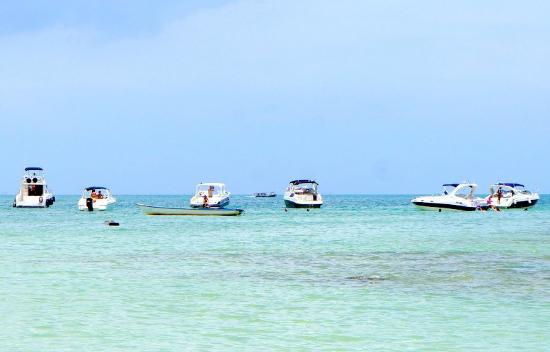 Lancha naufraga e tripulação é resgatada na Baía de Todos-os-Santos