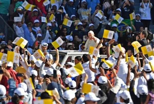 Papa encerra visita histórica aos Emirados Árabes com missa para mais de 100 mil