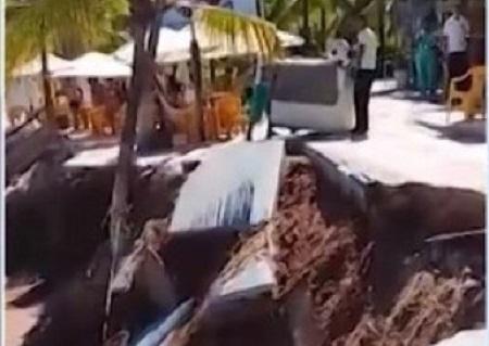 Mar destrói parte do calçadão da praia de Guarajuba
