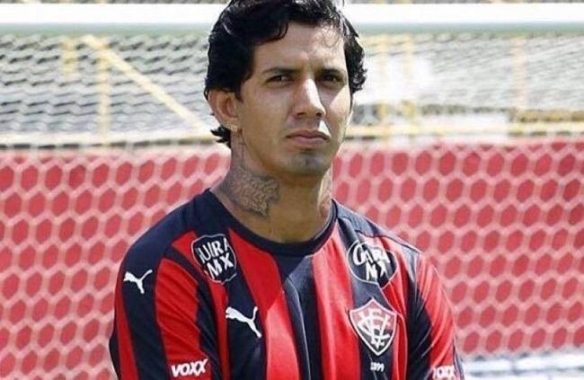 Vitória rescinde o contrato do zagueiro Victor Ramos