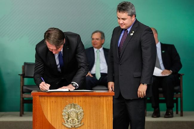"Bolsonaro sanciona lei do cadastro positivo e promete ""revogaço"""