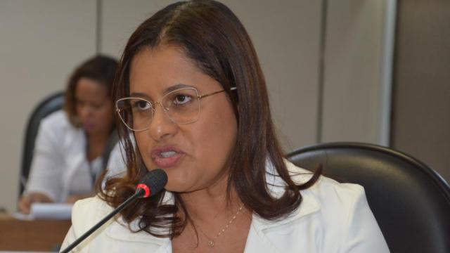 """""""Moradores de Simões Filho sofrem com ônibus intermunicipal lotado"""", denuncia Kátia Oliveira"""