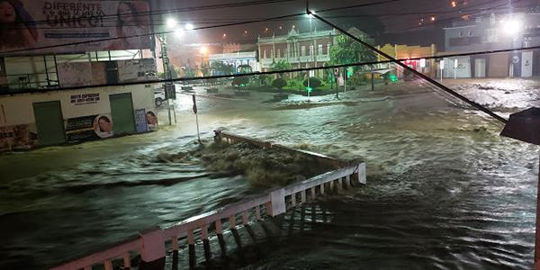 Chuva derruba pontes e provoca suspensão de aulas em Jacobina