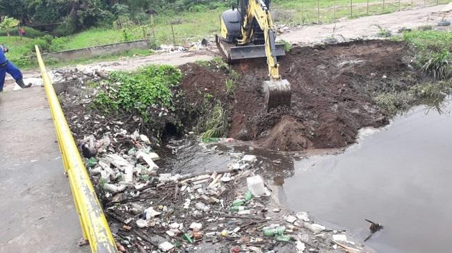 Canais de Camaçari são limpos para evitar transbordamentos