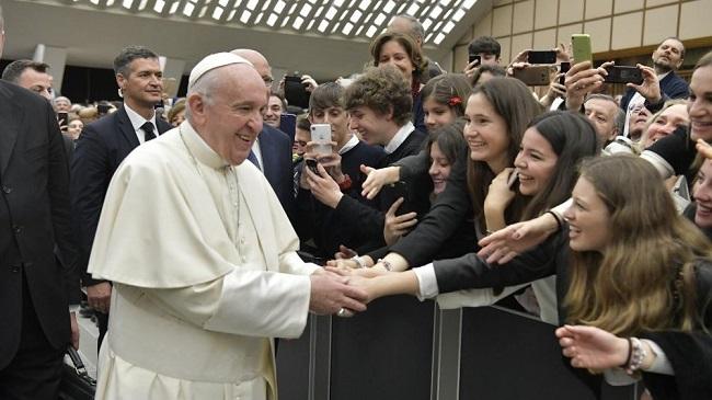 Papa Francisco pede a estudantes que se libertem do vício do celular