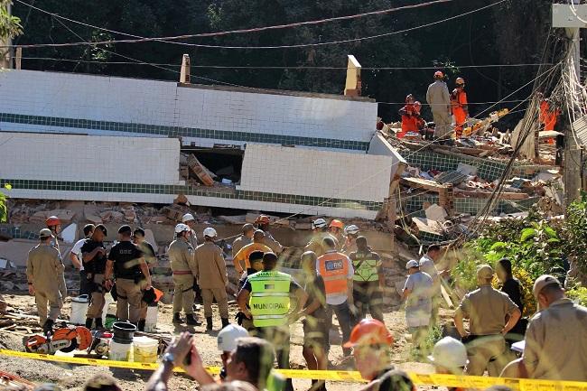 Rio já tem cinco mortos após desabamento de prédios