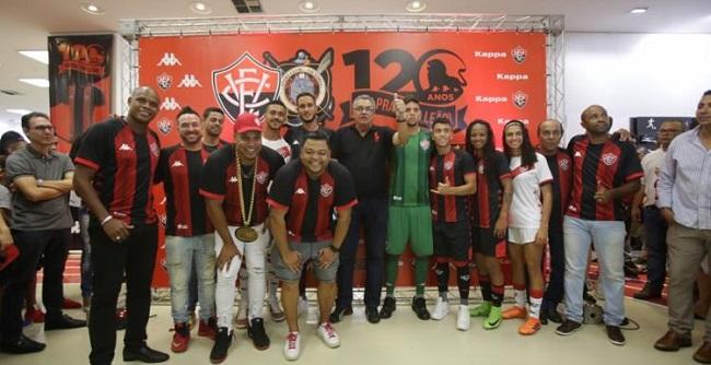 Vitória lança novos uniformes com participação de Robyssão