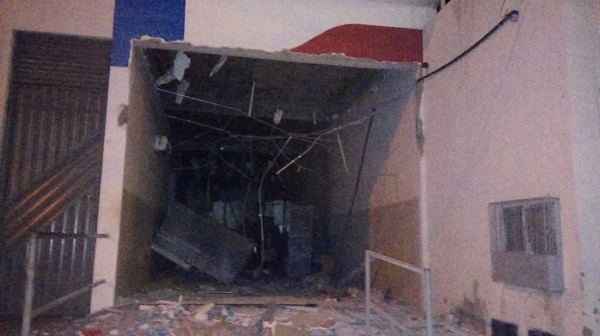Bandidos explodem caixas eletrônicos em Nova Soure