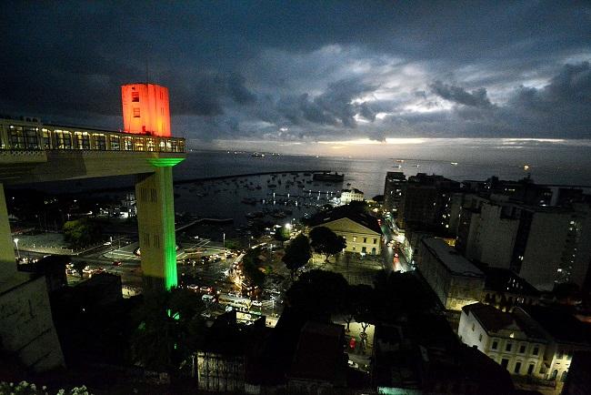 Elevador Lacerda é iluminado em homenagem ao Dia de Portugal