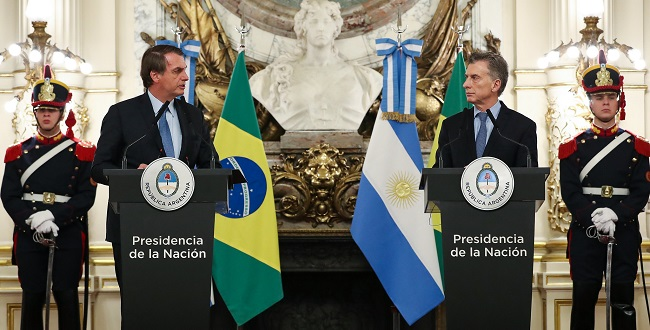 """Bolsonaro chama Macri de """"irmão"""" e alerta para risco de """"novas Venezuelas"""""""