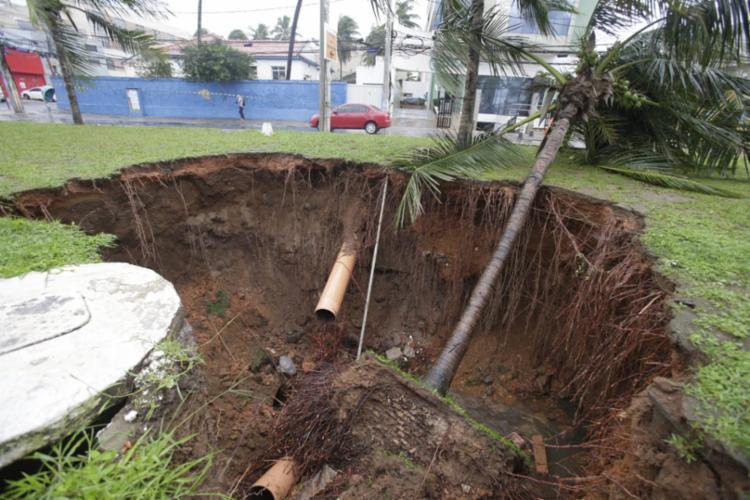 Prefeitura de Salvador vai cobrir cratera no canteiro central da Adhemar de Barros