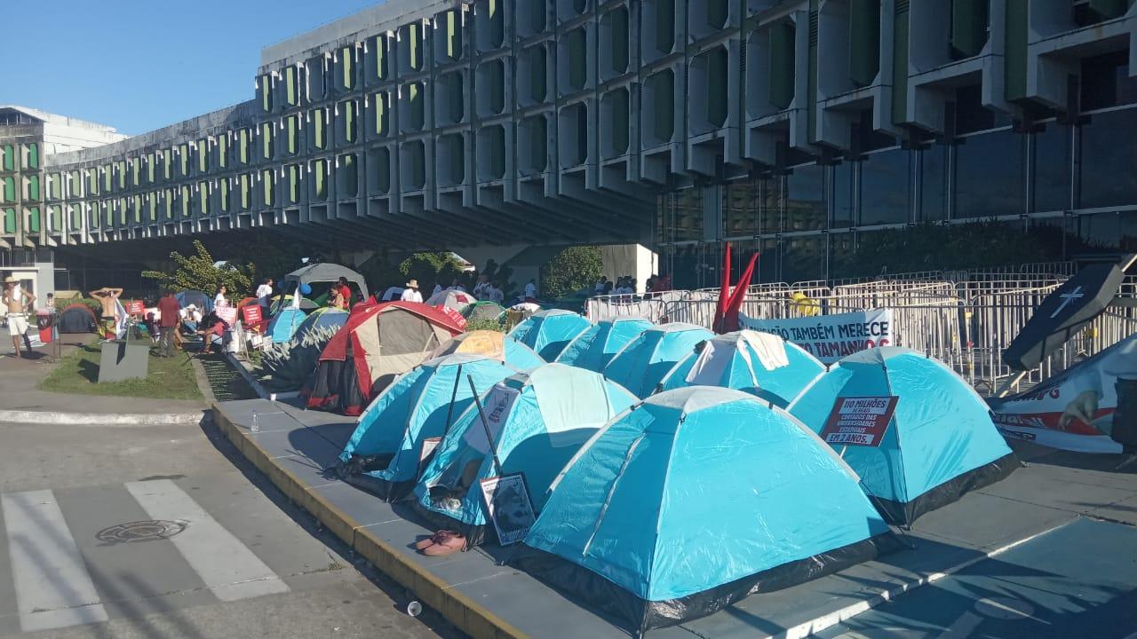 Professores das universidades estaduais acampam em frente à SEC por tempo indeterminado