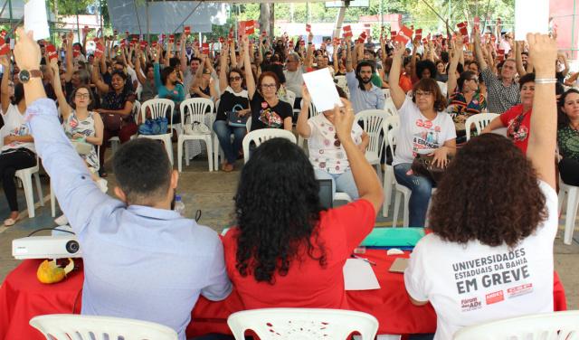 Professores da UNEB aprovam continuidade de greve que já dura 55 dias