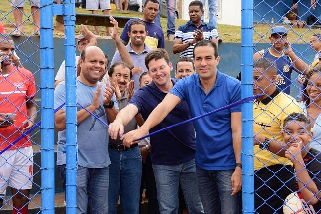 Bruno Reis entrega campo reformado a moradores de Boca da Mata