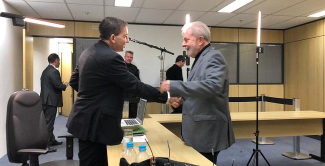 """Em vídeo, Greenwald promete a Lula que já está """"investigando"""" a Lava Jato; assista"""