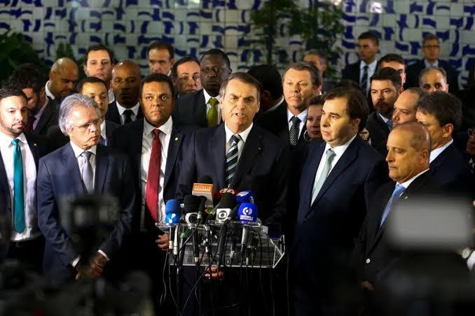 Bolsonaro leva para Rodrigo Maia projeto que amplia validade da CNH